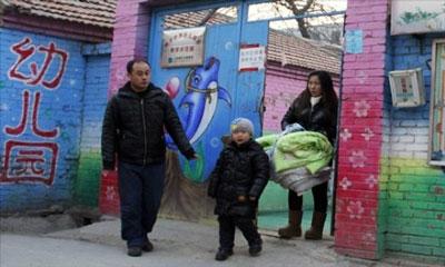 Gia đình cô Wang đưa con ra khỏi trường