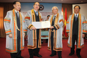 Phó Thủ tướng Nguyễn Thiện Nhân nhận bằng Tiến sĩ danh dự